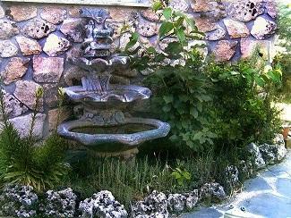 Arme una fuente de jard n con piedras arquitectura y - Fuentes minimalistas para jardin ...